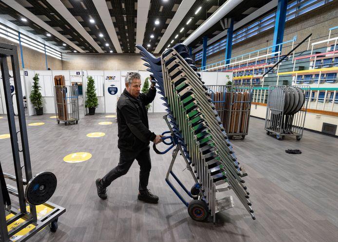 Sporthal De Braak in Helmond werd vrijdag leeggehaald. De spullen zijn verhuisd naar de nieuwe XL-priklocatie aan de Haverdijk.