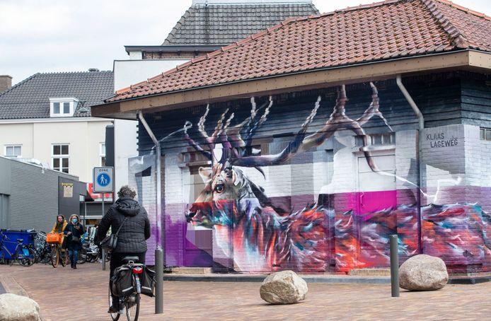 """Het transformatorhuisje aan de Marktstraat is door graffiti kunstenaar Klaas Lageweg beschilderd met werk """" Gids naar de Heide """"  opdrachtnr. foto: Herman Stöver t.b.v. de Gelderlander DGFOTO de Vallei"""