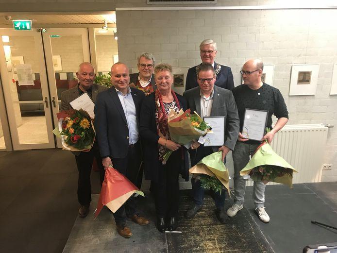 Zes inwoners van de gemeente Eersel die een predicaat van verdienste kregen op het gemeentehuis.