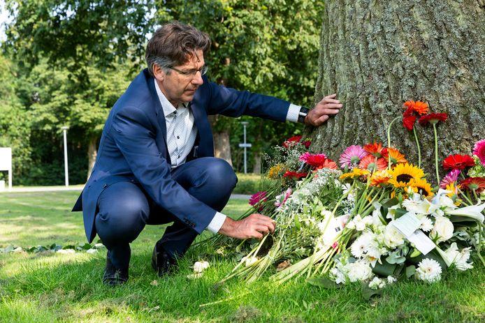 Stephan Valk, bestuursvoorzitter van Parnassia Groep, bij de memorial die gemaakt is voor de vermoorde beveiliger Martin.
