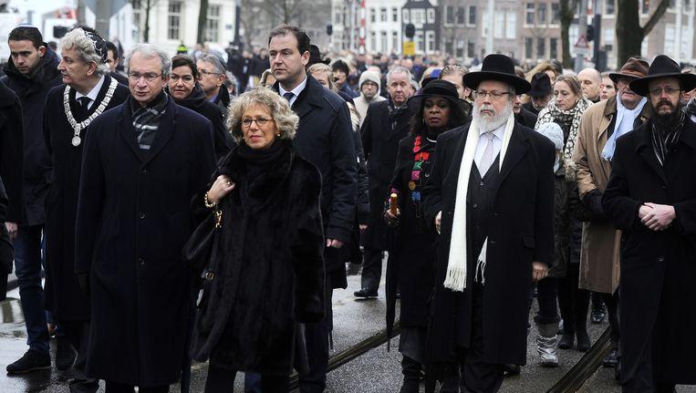 De Amsterdamse burgemeester Eberhart van der Laan (2eL), rabbijn Menno ten Brink (3eL) en vice-premier Lodewijk Asscher (M) nemen deel aan stille tocht naar het Wertheimpark. Beeld anp