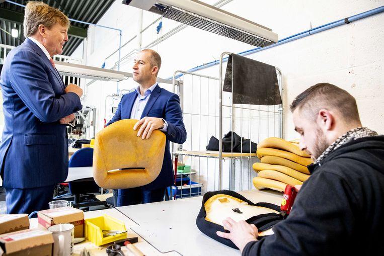 Koning Willem-Alexander brengt een werkbezoek aan Joustra Stoelverzorgers. Hij kreeg een rondleiding door het bedrijf waar ze meubels herstofferen.  Beeld ANP
