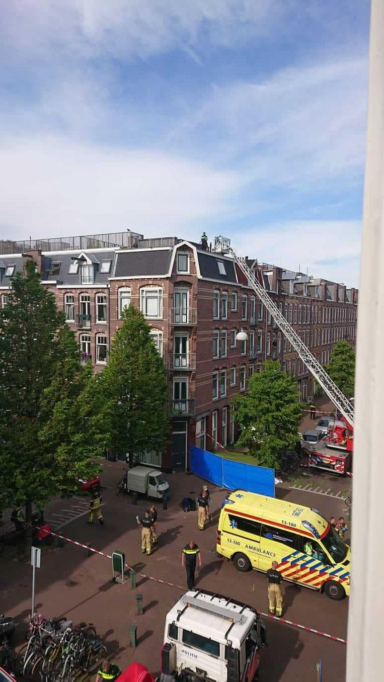 De jongen en het meisje zijn overleden na een val van een dak op de hoek van de Groen van Prinstererstraat en de Cliffordstraat. Beeld Het Parool