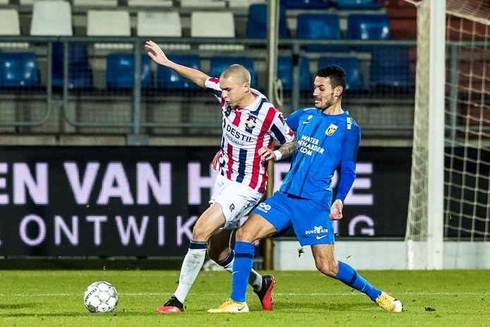 Sebastian Holmen (links) in duel met Vitesse-speler Oussama Darfalou tijdens de bekerwedstrijd Willem II - Vitesse dit seizoen.