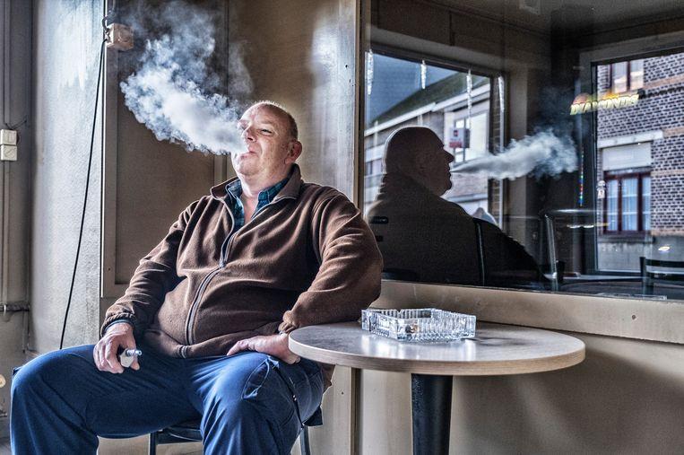 Rudy in café Enjoy te Oordegem: 'De grootste ambetanteriken zijn de ex-rokers. Ik vermoed dat ze niet volledig van hun verslaving af zijn en ons daarom graag de les lezen.' Beeld Tim Dirven