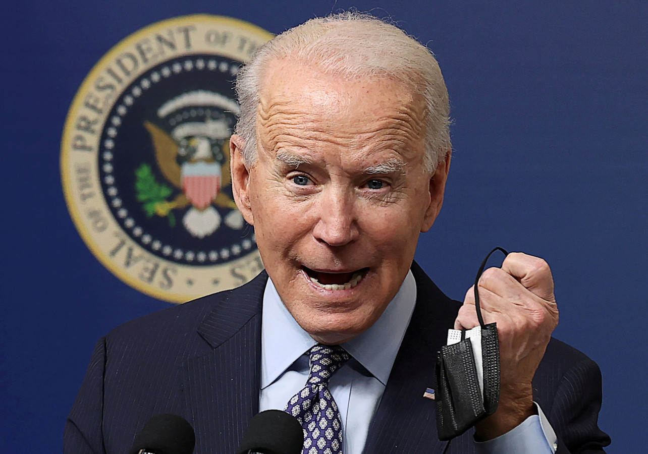 Le président américain Joe Biden montre son masque facial alors qu'il prend la parole lors d'un événement pour commémorer la 50 millionièmes vaccination contre la COVID-19 à la Maison Blanche à Washington, ce 25 février 2021.