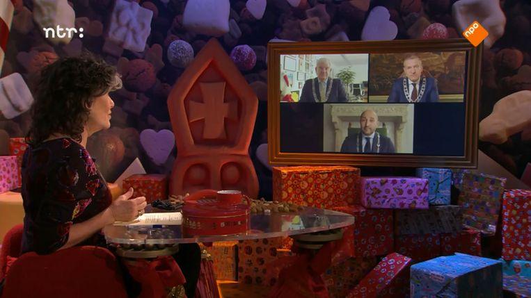 Dieuwertje Blok spreekt in het Sinterklaasjournaal met de burgemeesters van Nederland.  Beeld