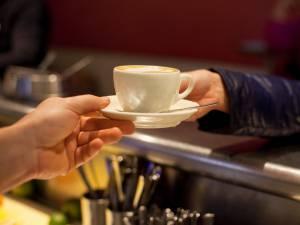 Il gifle la serveuse car elle lui a servi son café de la main gauche