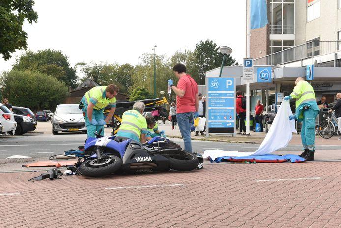 De bestuurder van de motor raakte door de botsing gewond en werd per ambulance naar het ziekenhuis gebracht.