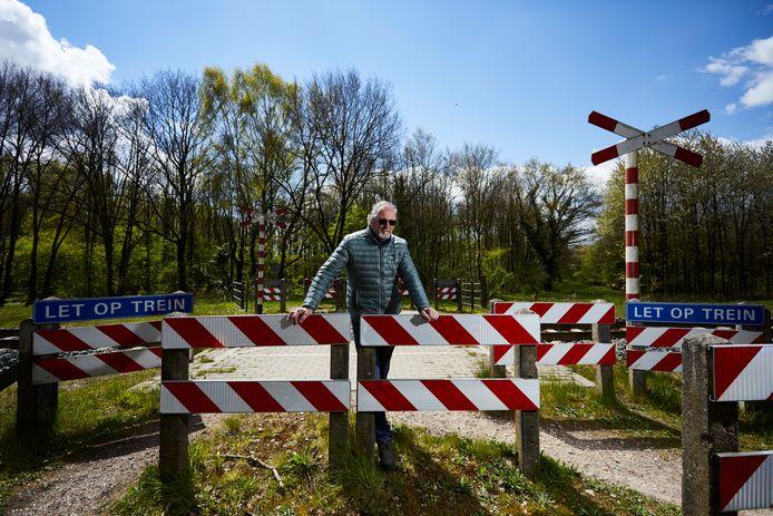 René Swienink, voorzitter van de VVV en Stichting Toeristische Activiteiten Ruurlo, pleit voor behoud van de onbeveiligde spoorwegovergang bij de Loorsteeg in Ruurlo.