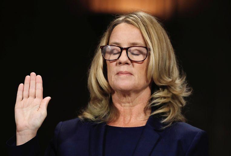 Christine Blasey Ford sluit haar ogen wanneer ze de eed aflegt.