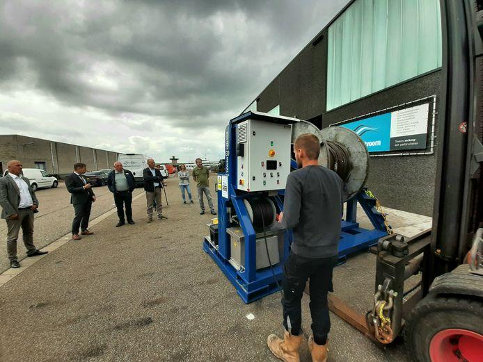 Presentatie in de haven van Vlissingen van de elektronische gestuurde mobiele haspel om kilometers vistouw snel en veilig op te draaien. De haspel is met steun van de provincie Zeeland ontwikkeld voor de (vissers)corporatie Westvoorn.