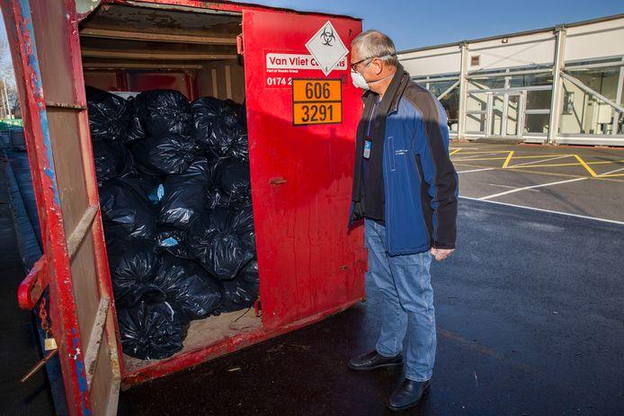 Een inspecteur van de Inspectie Leefomgeving en Transport inspecteert de afvalverwerking op testlocaties.