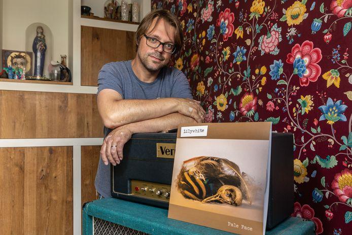 Zwolse muzikant Dennes Frikken heeft een plaat gemaakt met zelfdoding van zijn broer als rode draad.
