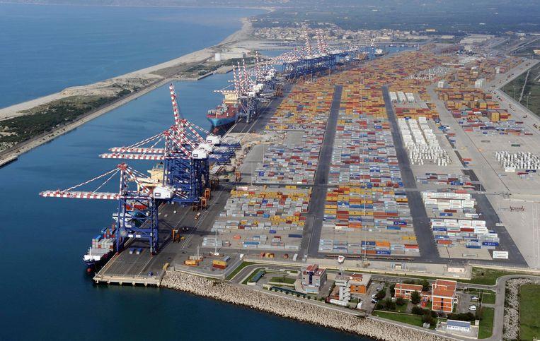 Drugs en wapens zouden uiteindelijk aan land komen in de Italiaanse haven van Gioia Tauro. Beeld ap