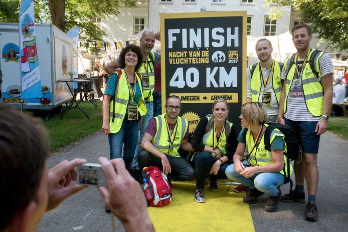 Deelnemers aan de Nacht van de Vluchteling in 2017 na de finish bij de Stadsvilla in Park Sonsbeek. Dit jaar kan vanwege corona alleen tocht van 40 kilometer worden gelopen.