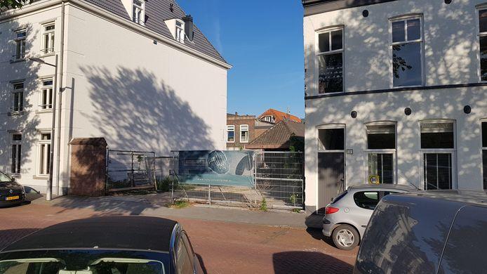 Door brand ontstond een gat in de  rij woningen aan de Westwal.