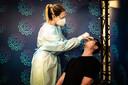 Een medewerkster van Health Check Center neemt een coronatest af.