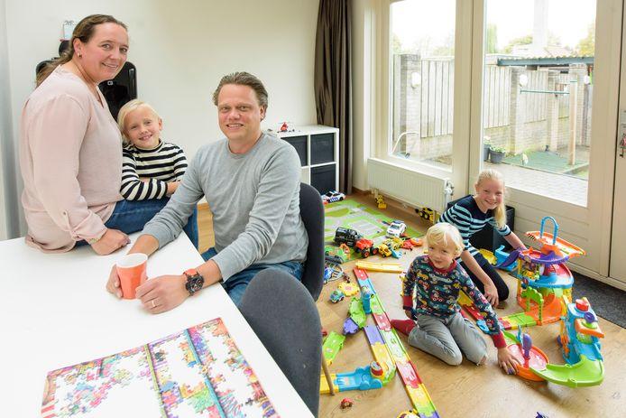 Hanneke en Hans met hun kinderen Fleur, Feline en Max.