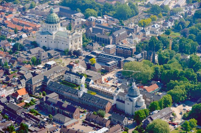 Het religieus erfgoed van Oudenbosch vanuit de lucht. Onder de kapel Saint Louis en Mariabouw, boven de basiliek met rechts ervan de Annabouw. In de achterste vleugel zit bibliotheek VANnU.
