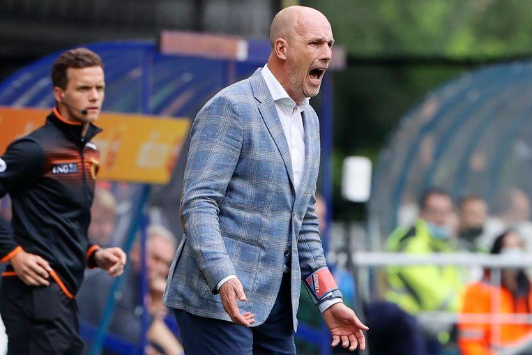Philippe Clement vuurt zijn spelers aan in Gent. Beeld Photo News
