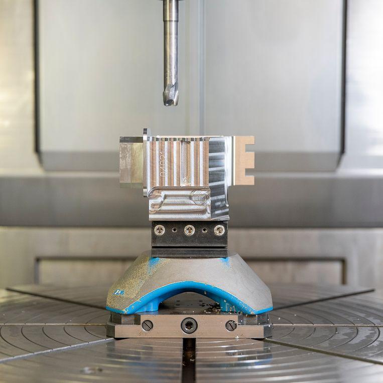 In deze freesmachine fabriceren technici in Dwingeloo onderdelen voor de meetinstrumenten die men hier bouwt.  Beeld Harry Cock / de Volkskrant