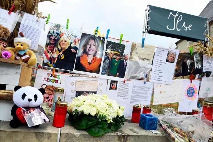 Een foto van de herdenkingsplek op het dorpsplein van Moorsel, die na de dood van Ilse Uyttersprot onstond.
