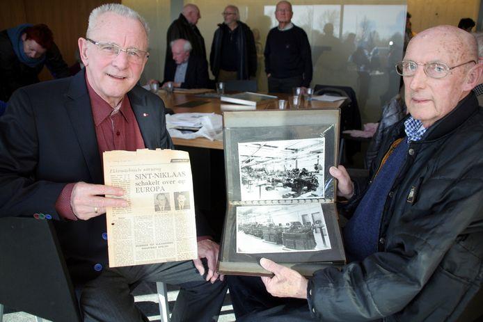Romain Tinck en Etienne De Sutter tonen enkele oude foto's en krantenartikels.