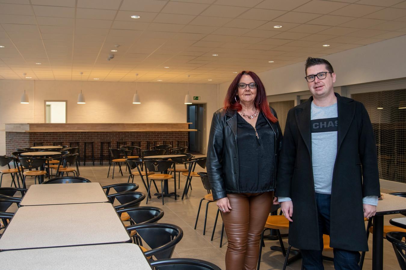 Katja (links) zal achter de toog staan in de zaak. De volleybalclub van Berlare Zele met Stijn als voorzitter sleepte de concessie in de wacht.