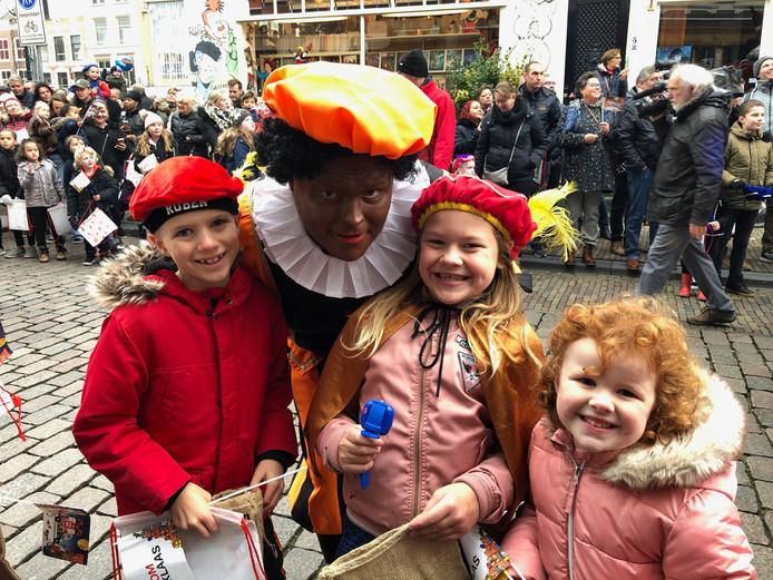 Sinterklaas is weer in het land. Deze kinderen gingen in Dordrecht op de foto met Piet.