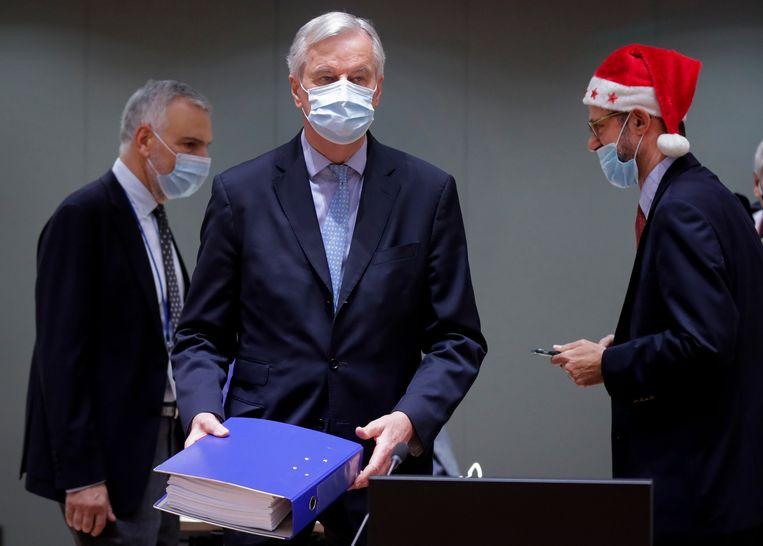 EU-brexit-hoofdonderhandelaar Michel Barnier presenteerde op eerste kerstdag in Brussel het ruim 1200 pagina's tellende brexit-akoord aan de ambassadeurs van de 27 EU-landen.  Beeld AP
