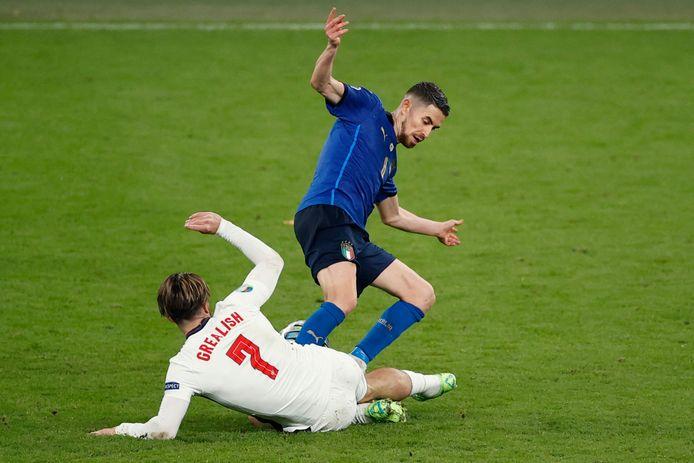 Voor deze overtreding op Jack Grealish kreeg Jorginho geel.