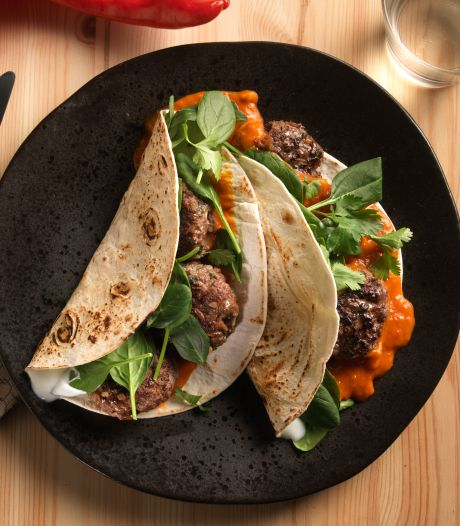 Wat Eten We Vandaag: Wrap met köfte in paprikasaus