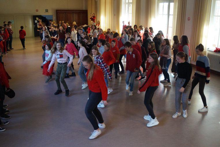 150 leerlingen dansten op de tonen van 'Pick a Bale of Cotton' voor Rode Neuzen Dag in Sancta Maria Ruiselede.