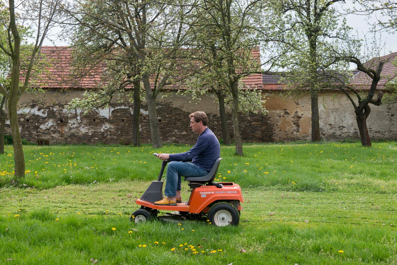 Je gras maaien op zondag? Niet leuk voor je buren, maar een GAS-boete kan je er niet voor krijgen.