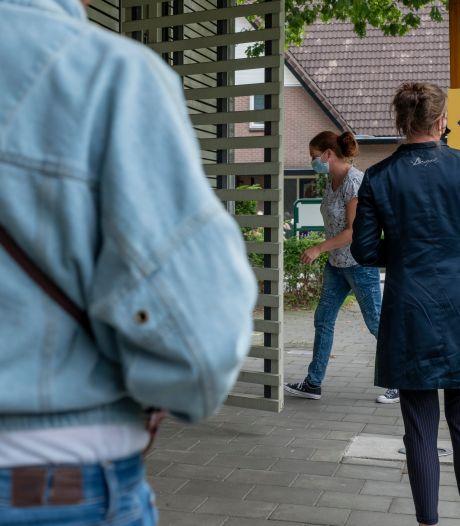 Aantal besmettingen in brandhaard Elspeet blijft hoog: 'Er sterven nog steeds mensen'
