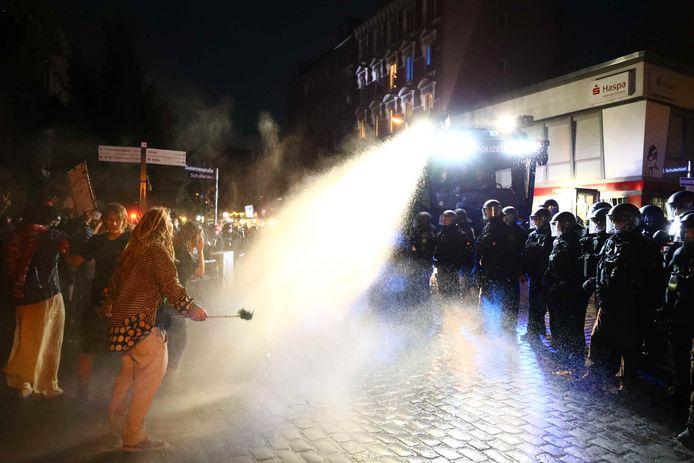 De politie zet waterkanonnen in tegen de demonstranten.