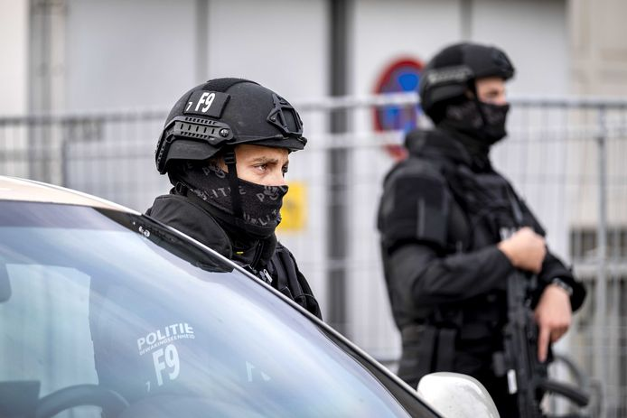 Beveiliging bij de extra beveiligde rechtbank in Amsterdam-Osdorp, voorafgaand aan de hervatting van het liquidatieproces Marengo.