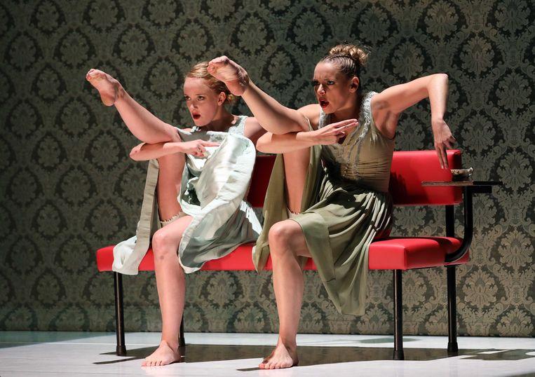 Wrapped door de danseressen Jamy Schinkelshoek en Merel Janssen van Introdans. Beeld Hans Gerritsen