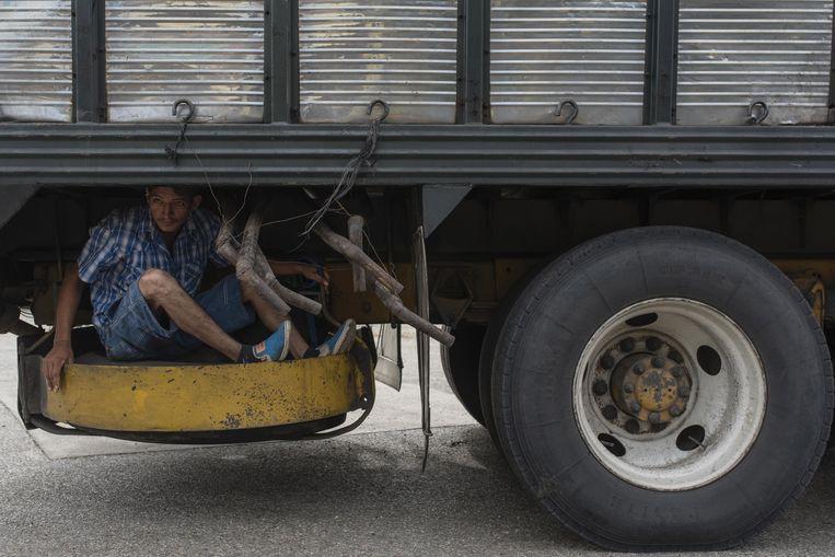 Een man probeert in de Mexicaanse staat Veracruz op illegale wijze met een vrachtwagen mee te liften naar de VS. Archieffoto.