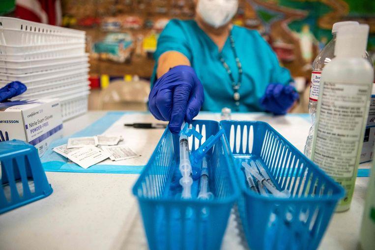Een verpleegkundige op een vaccinatielocatie in San Antonio, Texas.  Beeld AFP