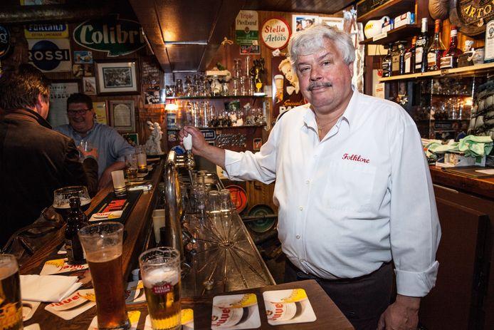 """Jacky Verdegem van café Folklore heeft maar een heel klein terrasje.  """"Zonder steunmaatregelen kom ik er niet"""", zegt hij."""