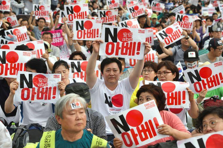 Zuid-Koreanen houden een anti-Japanse demonstratie met 'No Abe!'-tekens, ter herdenking van de bevrijding in 1945 van de Japanse koloniale bezetting.   Beeld AFP