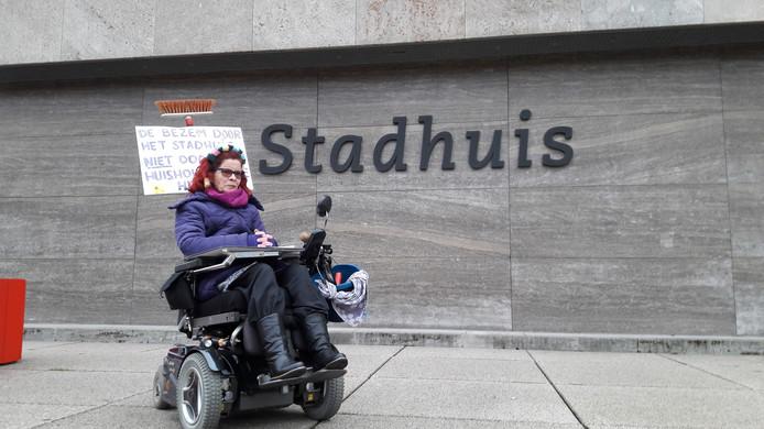 De Eindhovense Ankie van Velthoven is een van de gehandicapten die een week eerder protesteerde tegen het nieuwe beleid voor huishoudelijke hulp (archieffoto).