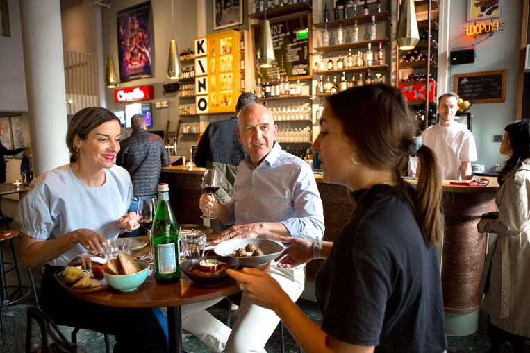 Bezoekers van bioscoop Kino in Rotterdam eten een hapje voordat ze naar de film gaan. Beeld Najib Nafid