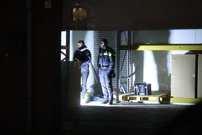 Archieffoto: Politie in de loods aan de Leemansweg in Arnhem waar een hennepkwekerij is gevonden.
