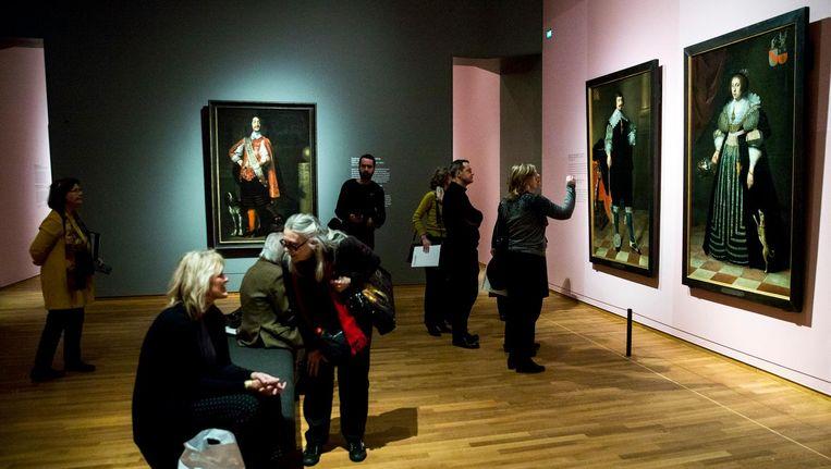 In het eerste deel van de tentoonstelling rond Marten en Oopjen hangen 38 levensgrote portretten. Beeld anp