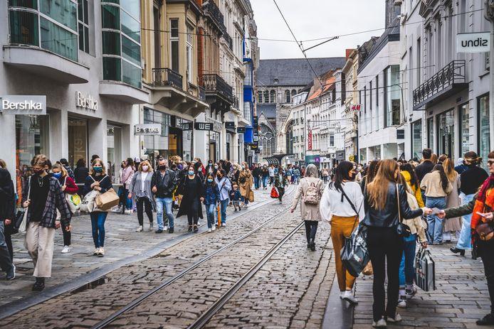Shoppers in de Veldstraat in Gent.