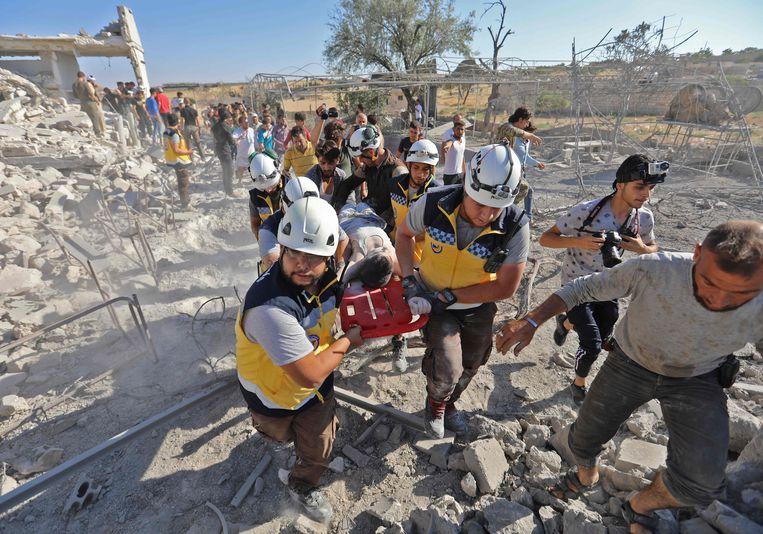 De vrijwilligers van de Witte Helmen (officiële naam: Syria Civil Defence) halen in Syrië sinds eind 2012 burgers uit het puin na bombardementen en verlenen eerste hulp, onder het motto 'één leven redden, is de hele mensheid redden'. Beeld AFP