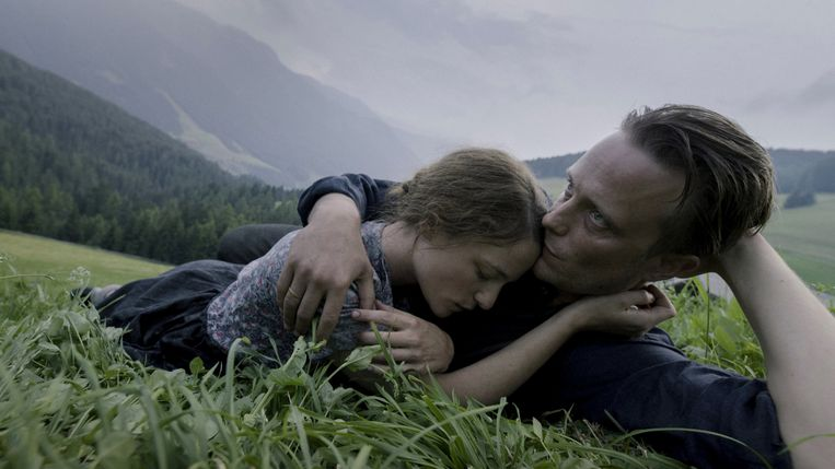 Valerie Pachner (Fani Jägerstätter) en August Diehl (Franz Jägerstätter) in 'A Hidden Life'. Beeld tmdb